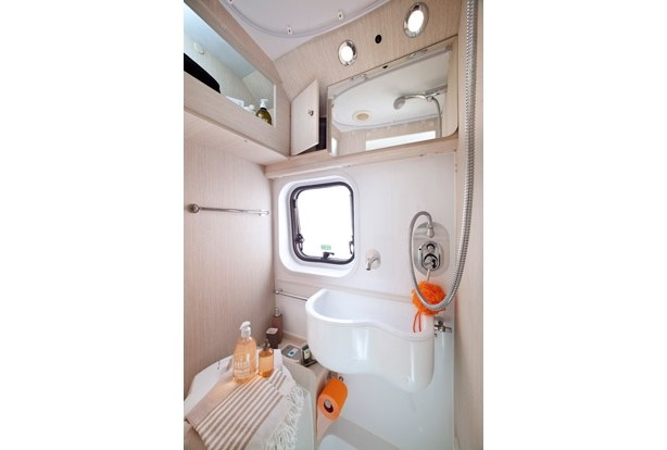 Fourgon van douche et toilettes inclus 09999308 for Amenagement salle de bain camping car