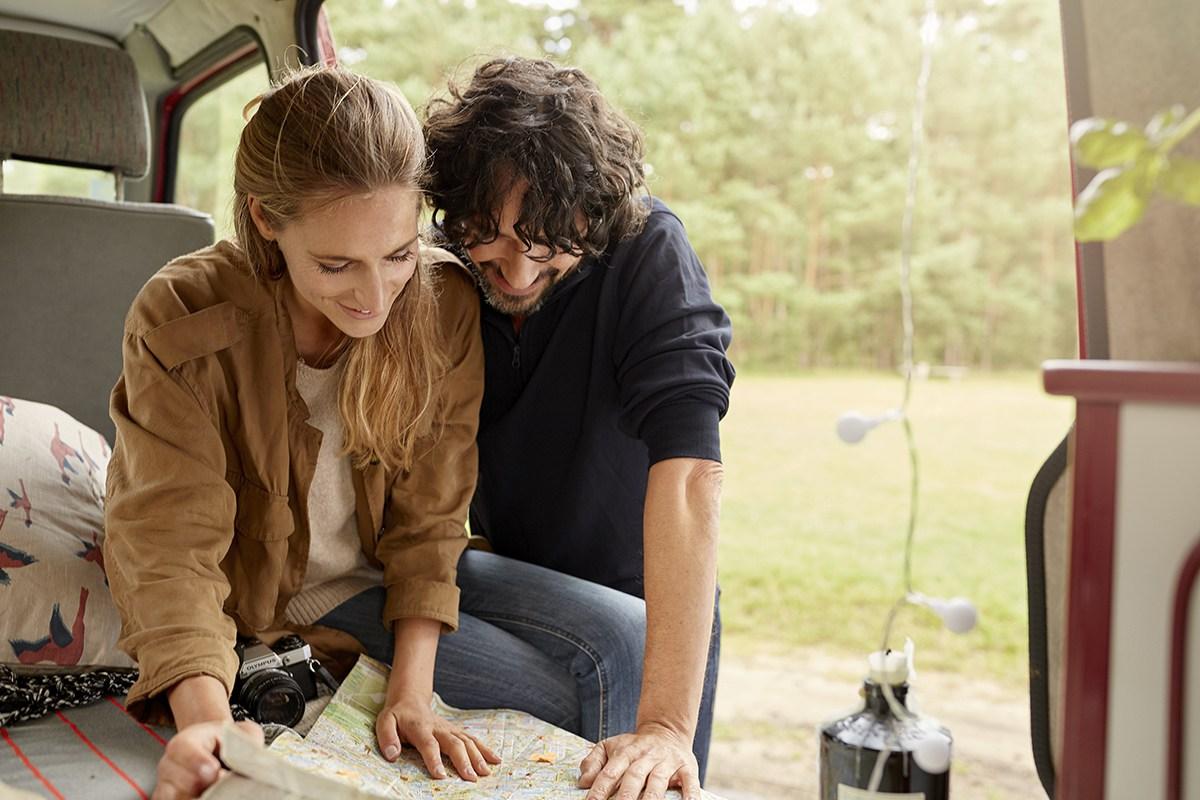 Un couple prépare un voyage.